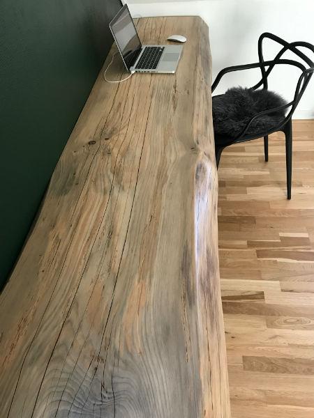 Skrivebord af fyrretræsplanke - Billeder af gulvafslibning - Arne & Søns Gulvafslibning ApS