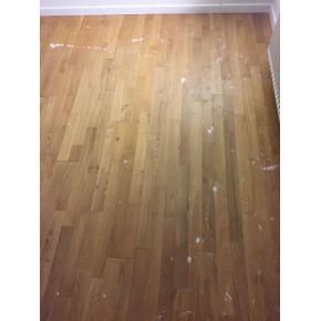 Egetræs gulv afslebet og efterbehandlet m. 1x lud og 2x lak